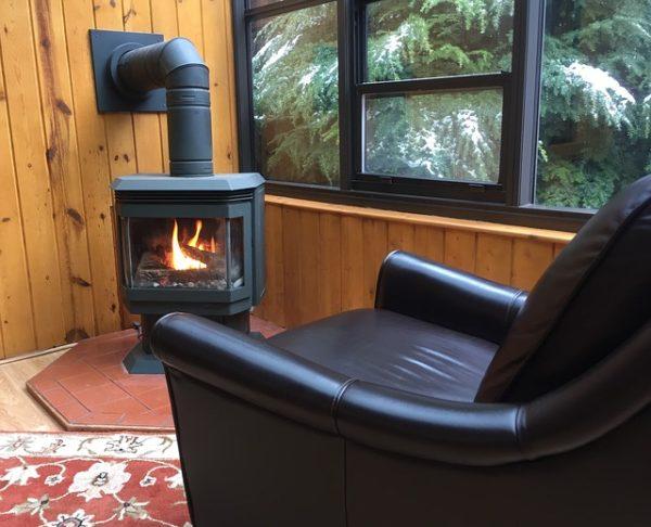 печь и кресло